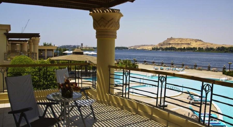 Helnan Aswan terrasse and pool area Egypten rejser hos Younes Rejser