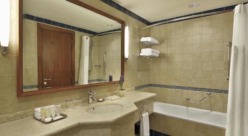 Crown Plaza Dead Sea bathroom Jordan rejser til jordan dead sea younes rejser