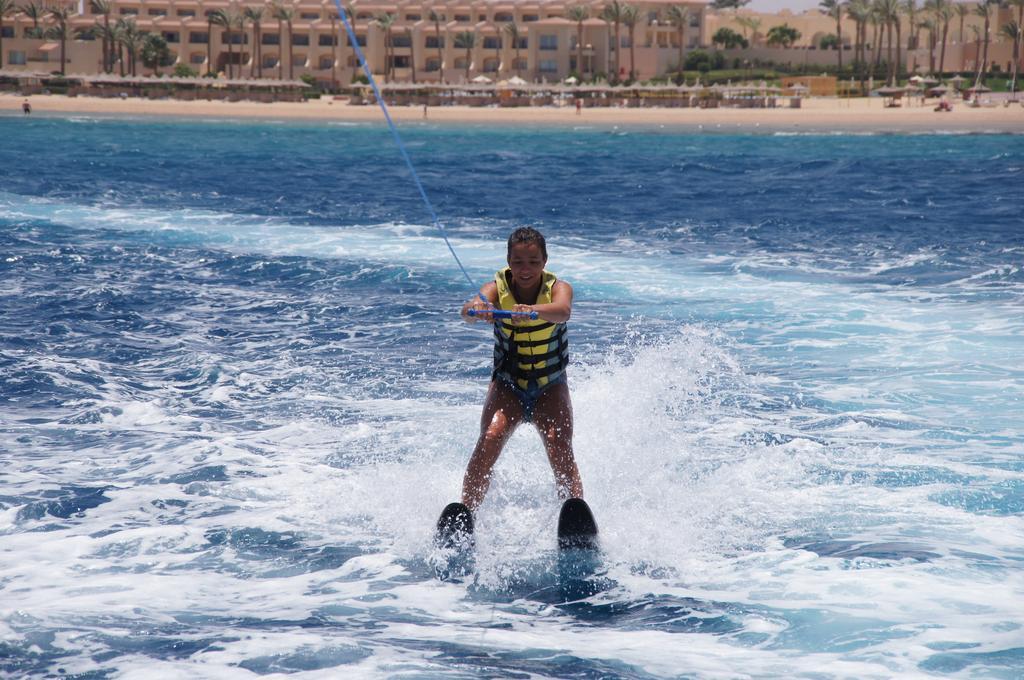 Cleopatra Luxury Resort waterskisport badeferie hurghada egypten rejs med younes rejser
