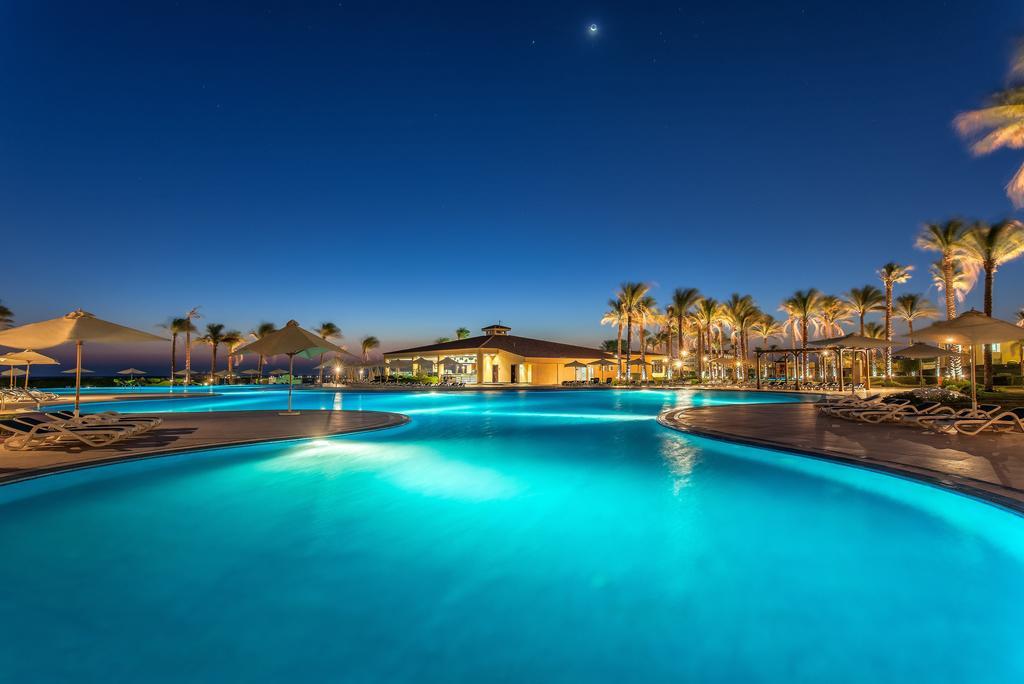 Cleopatra Luxury Resort pool area evening romance hurghada egypten rejs med younes rejser