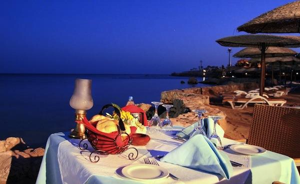 Royal Grand Sharm Resort evening dinner romantik beach view badeferie sharm el sheik egypten rejs med younes rejser