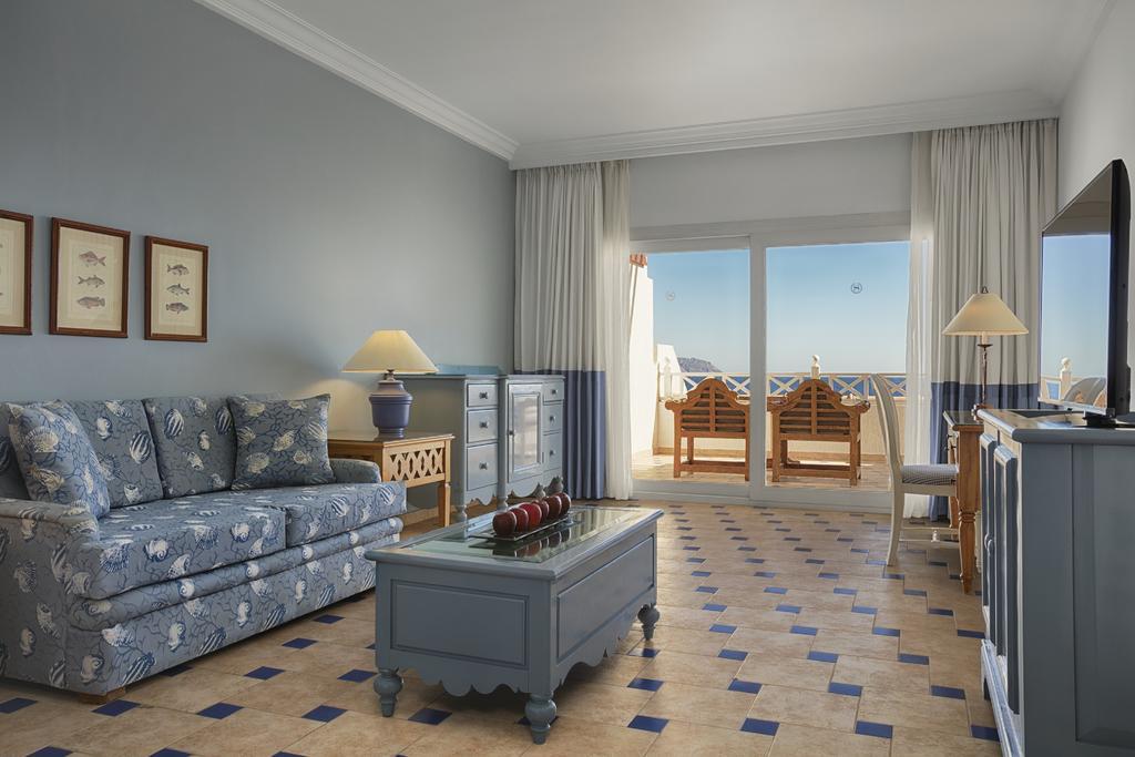 Sheraton Sharm Hotel resort livingroom with terasse view badeferie sharm el sheik egypten rejs med younes rejser