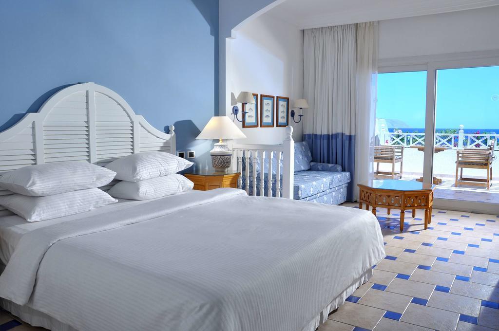 Sheraton Sharm Hotel resort bedroom with terrasse and view sharm el sheik egypten rejs med younes rejser