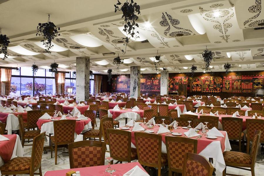 Egypten rejse Eatabe_Luxor_pool_restaurant_tables