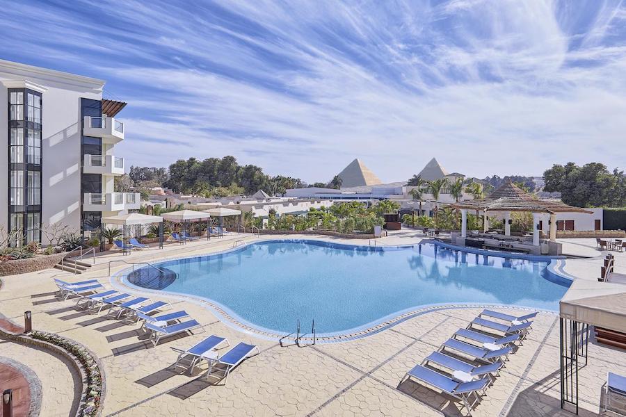 Pool_Cairo_Pyramids_Steinenberger